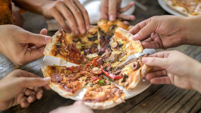 ¿Te comerías una pizza si supieras que tienes que caminar 4 horas para quemarla?: cómo las etiquetas en los alimentos pueden ayudarnos a bajar de peso